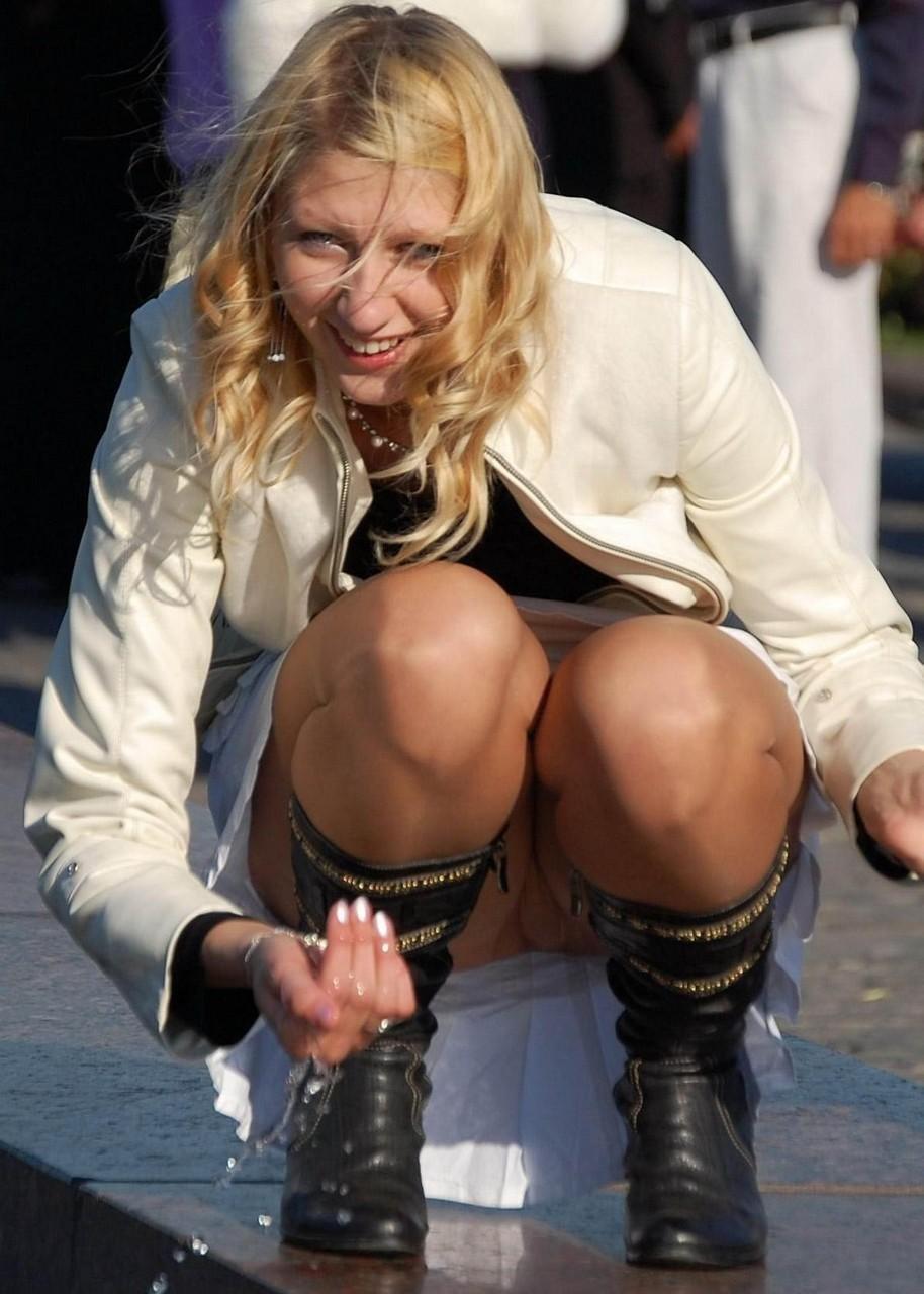 Блондинка в белой юбке засветила колготки телесного цвета