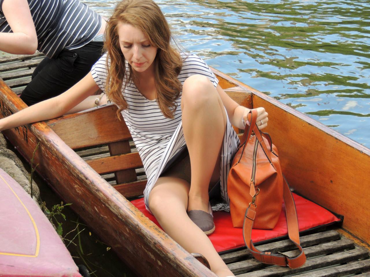 Девушка в лодке засветила трусики под белым платьем