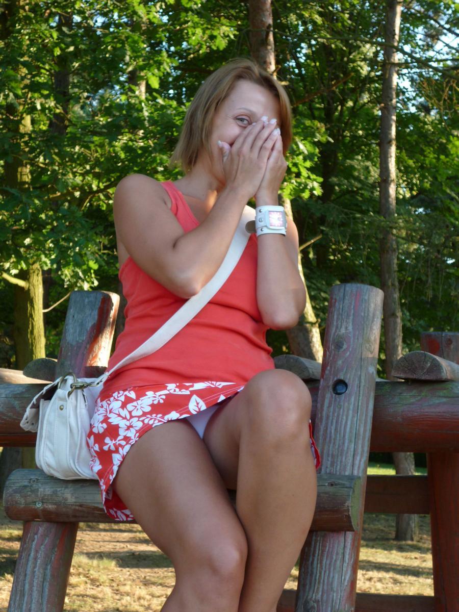 Девушка в красной мини-юбке засветила белые трусики