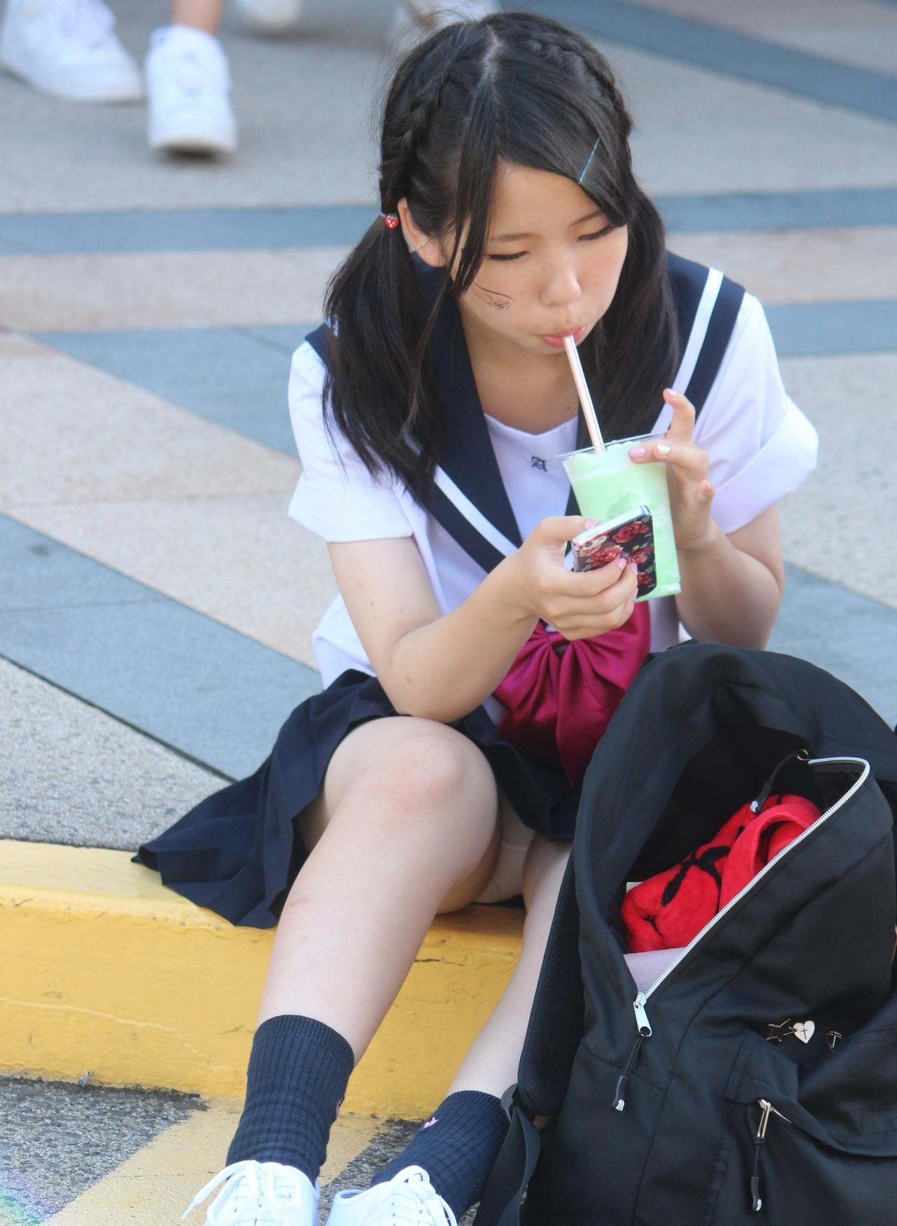 Японская школьница засветила под юбкой белые трусики