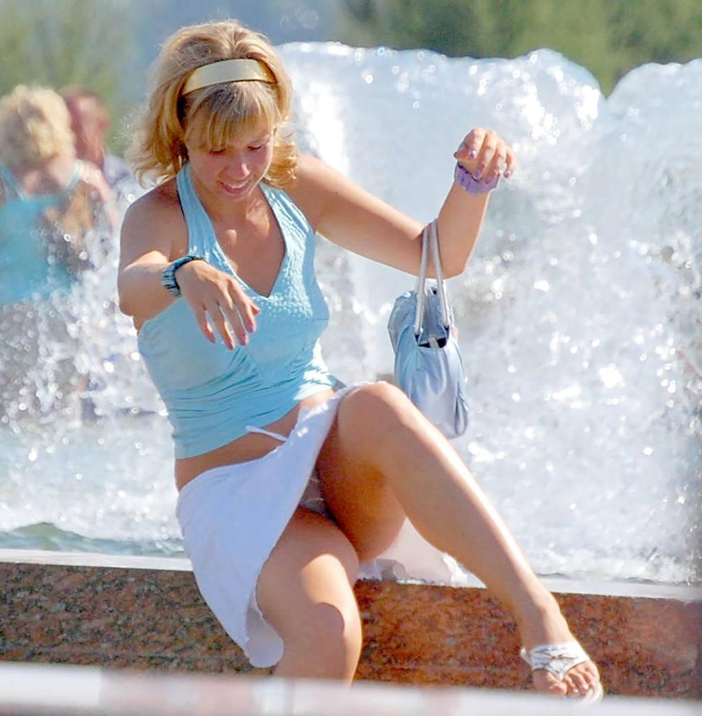Девушка в белой-мини-юбке засветила прозрачные трусики