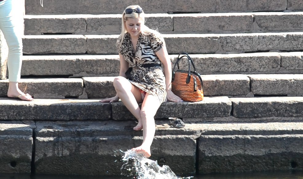 Блондинка в мини-платье засветила цветные трусики