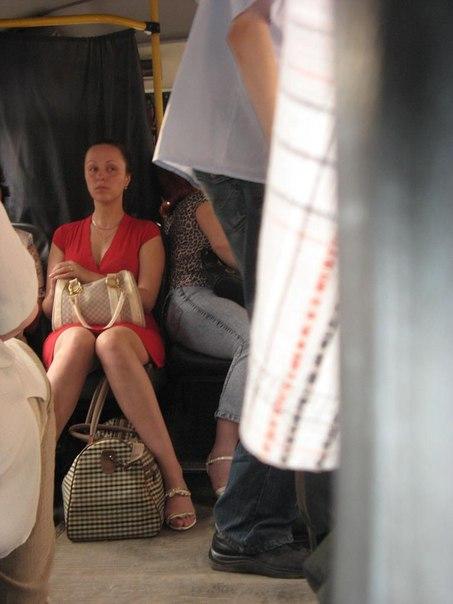 Девушка в коротком красном платье засветила стринги