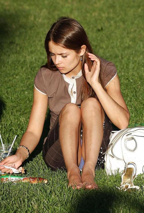 Молодая девушка засветила под юбкой синие трусики в белую полоску