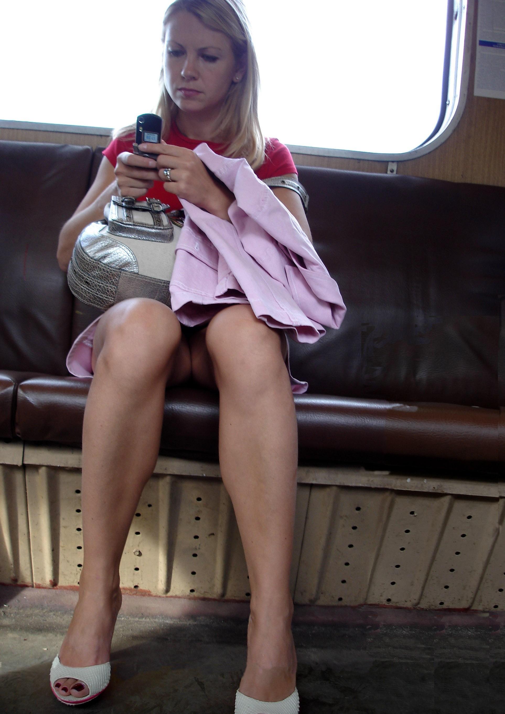 Блондинка в розовой мини-юбке засветила свою промежность