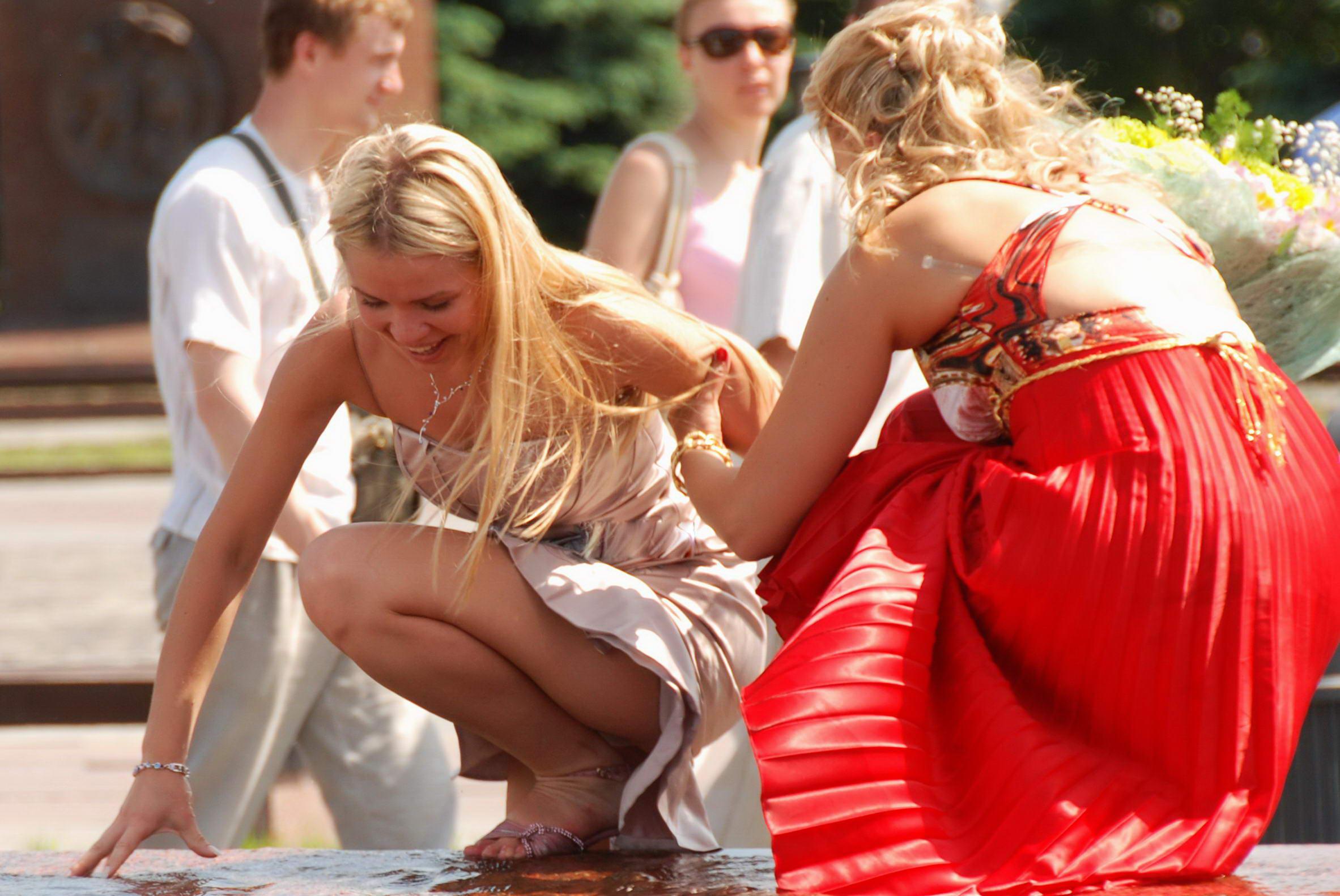 Сексуальная блондинка засветила в фонтане белые трусики