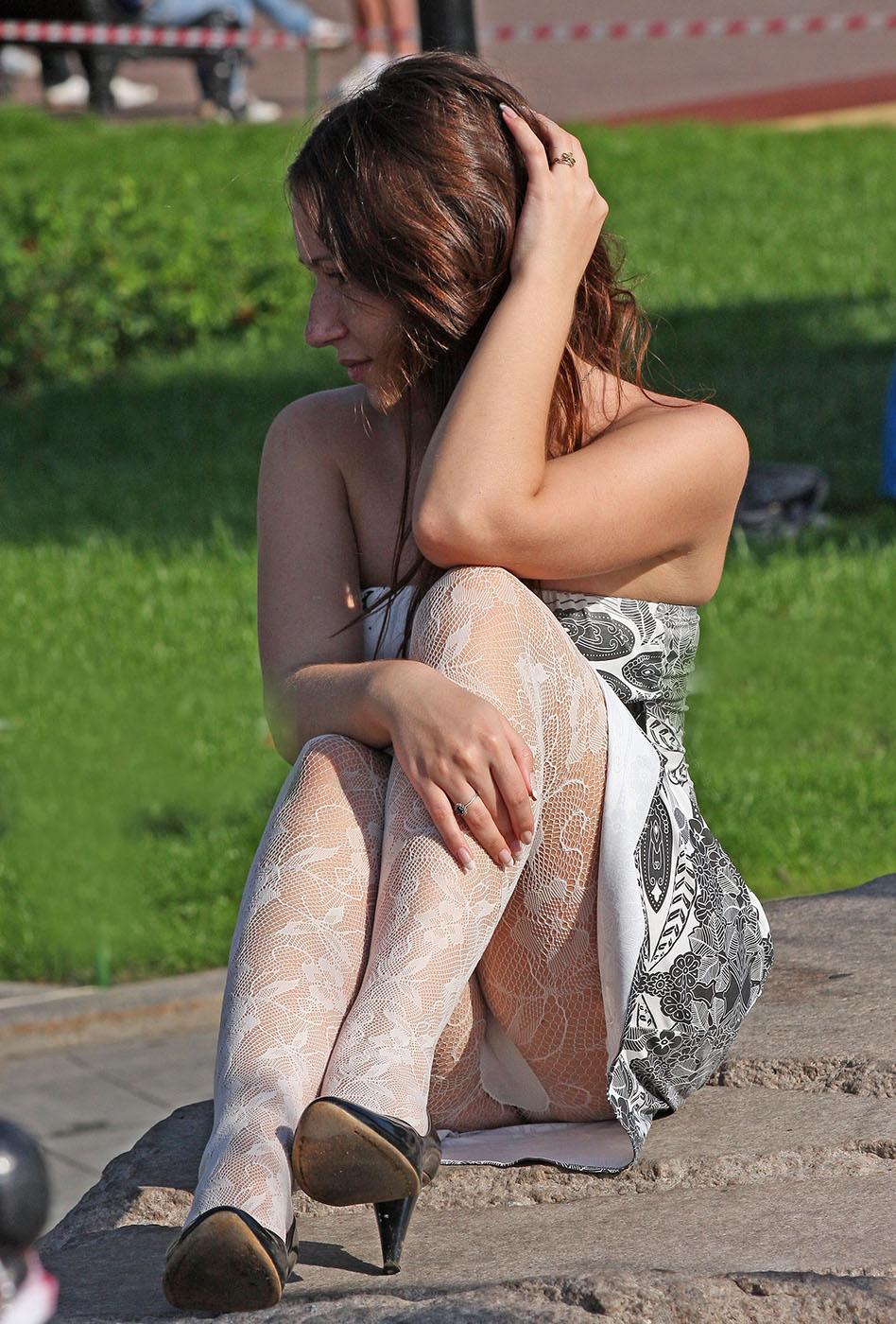 Девушка в сером платье засветила колготки под юбкой