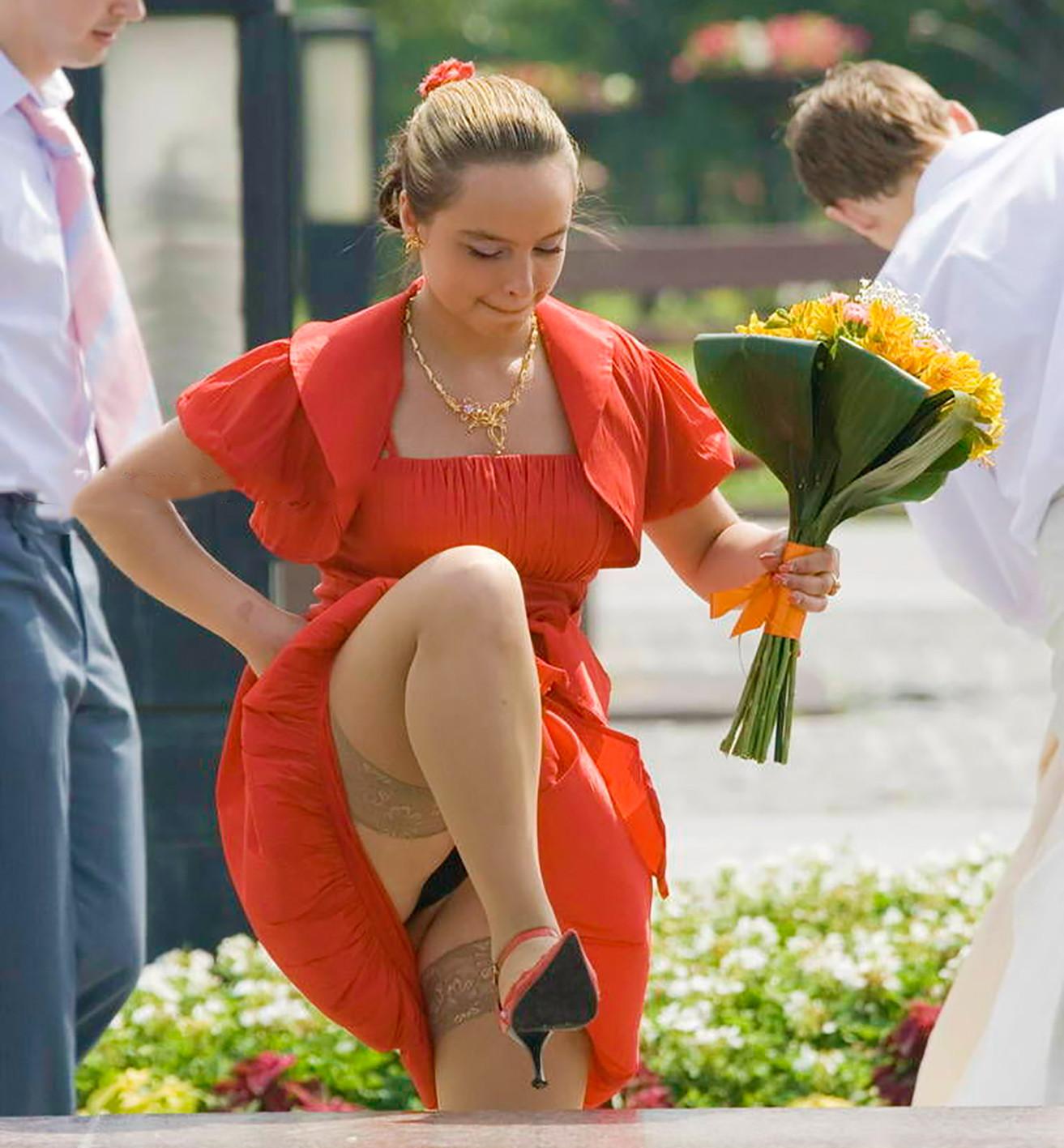 Девушка в красном платье и чулках засветила черные трусики
