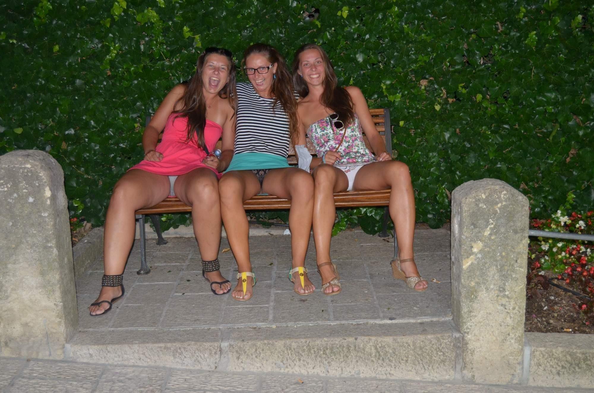 Три девушки в мини-платьях показывают свои трусики