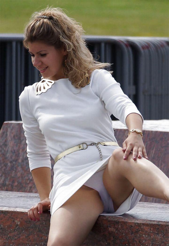 Блондинка в мини-платье засветила белые трусики
