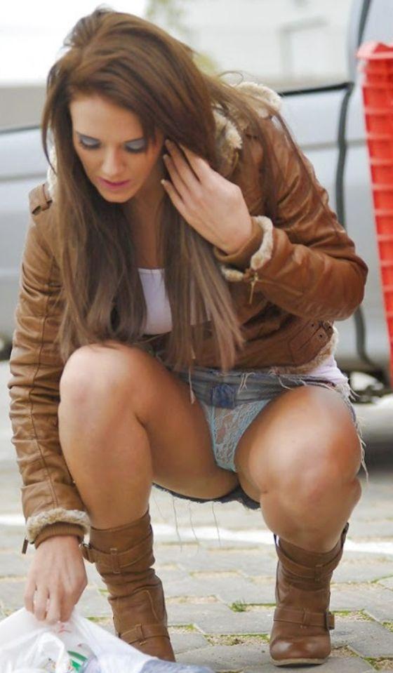 Девушка в джинсовой мини-юбке засветила голубые кружевные трусики