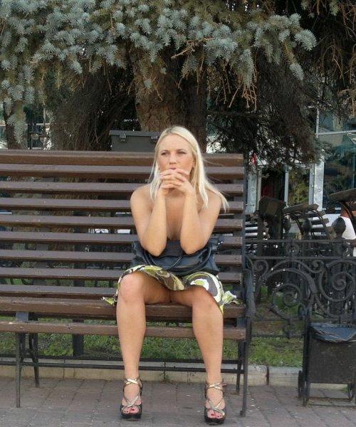 Блондинка в коротком платье засветила свою промежность