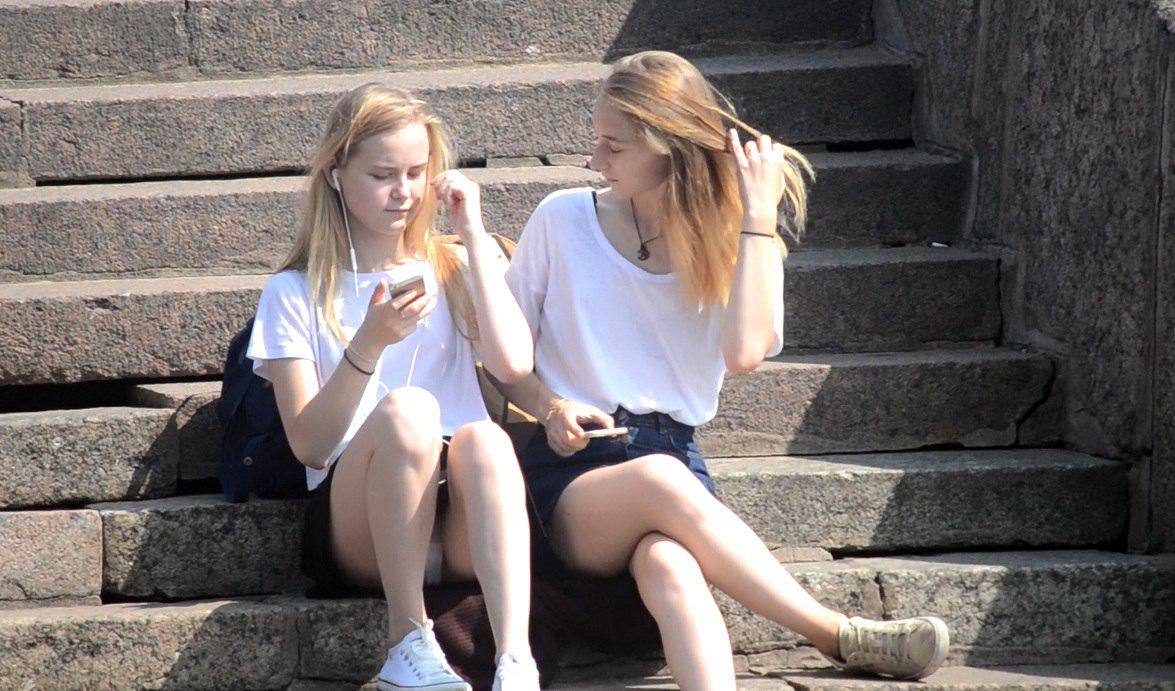Блондинка в черной мини-юбке засветила белые трусики