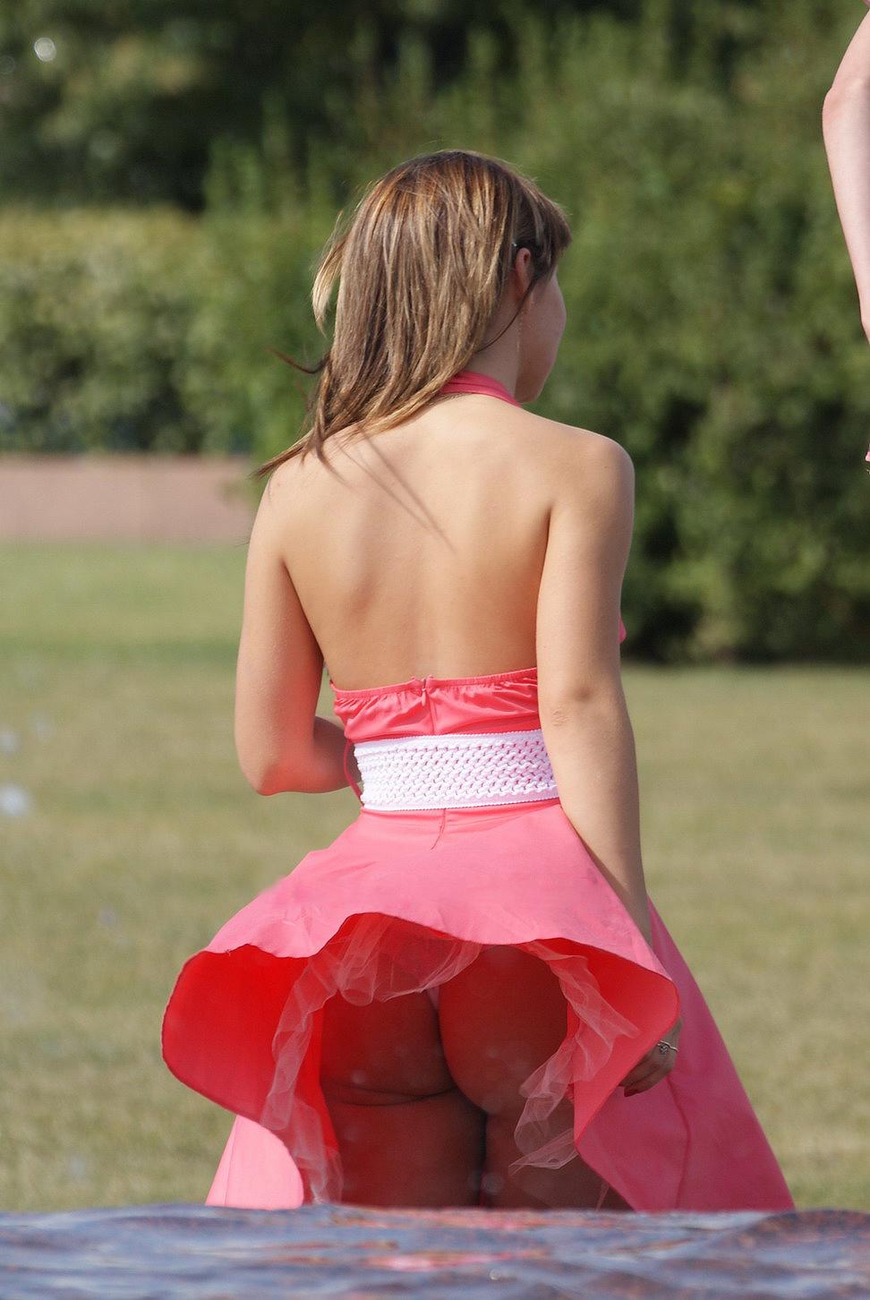 Девушка в розовом мини-платье засветила свою попку