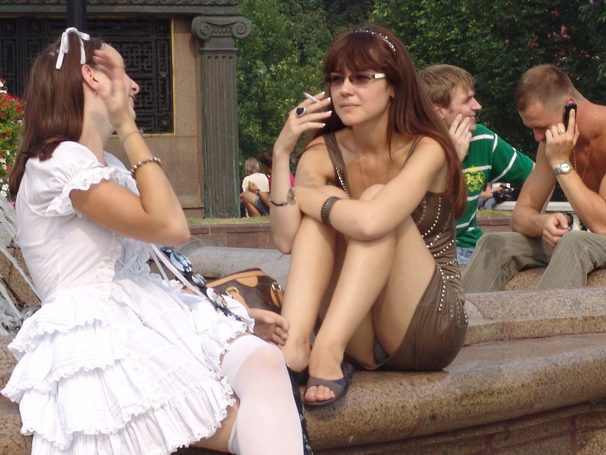 Девушка в коричневом платье засветила серые трусики