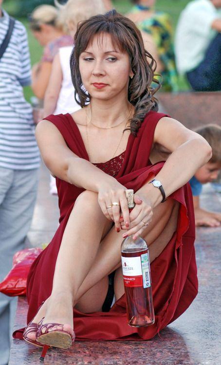 Девушка в бордовом платье засветила трусики с прокладкой