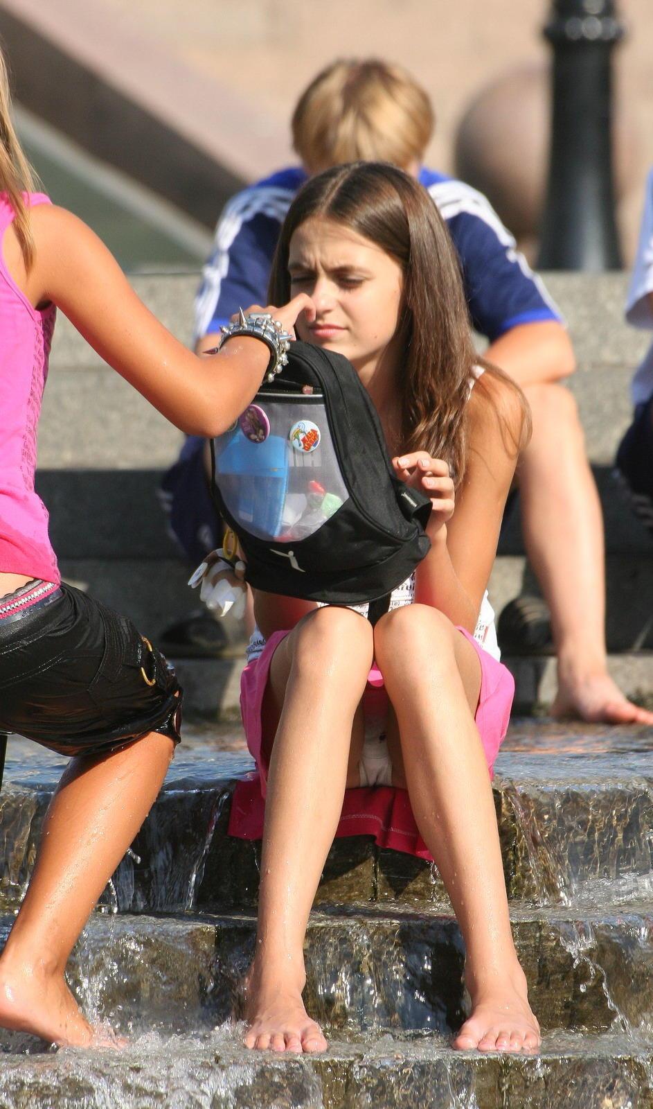 Девушка в розовой мини-юбке засветила белые трусики