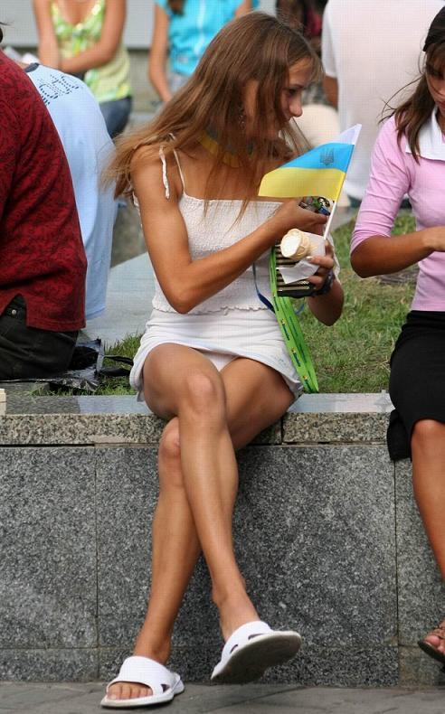 Белые трусики под платьем молодой украинки
