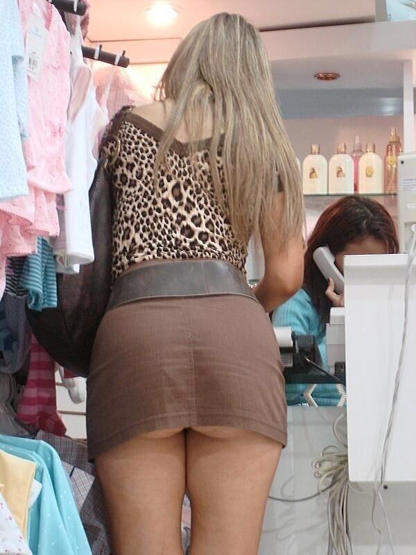 Блондинка в коричневой мини-юбке засветила свою попку