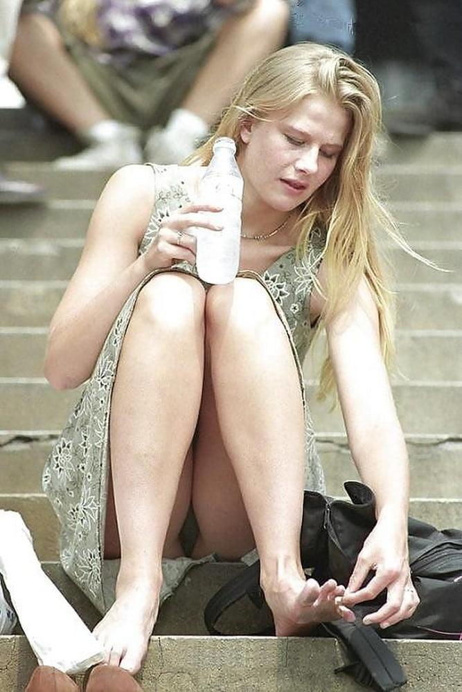 Блондинка засветила под платьем черные трусики