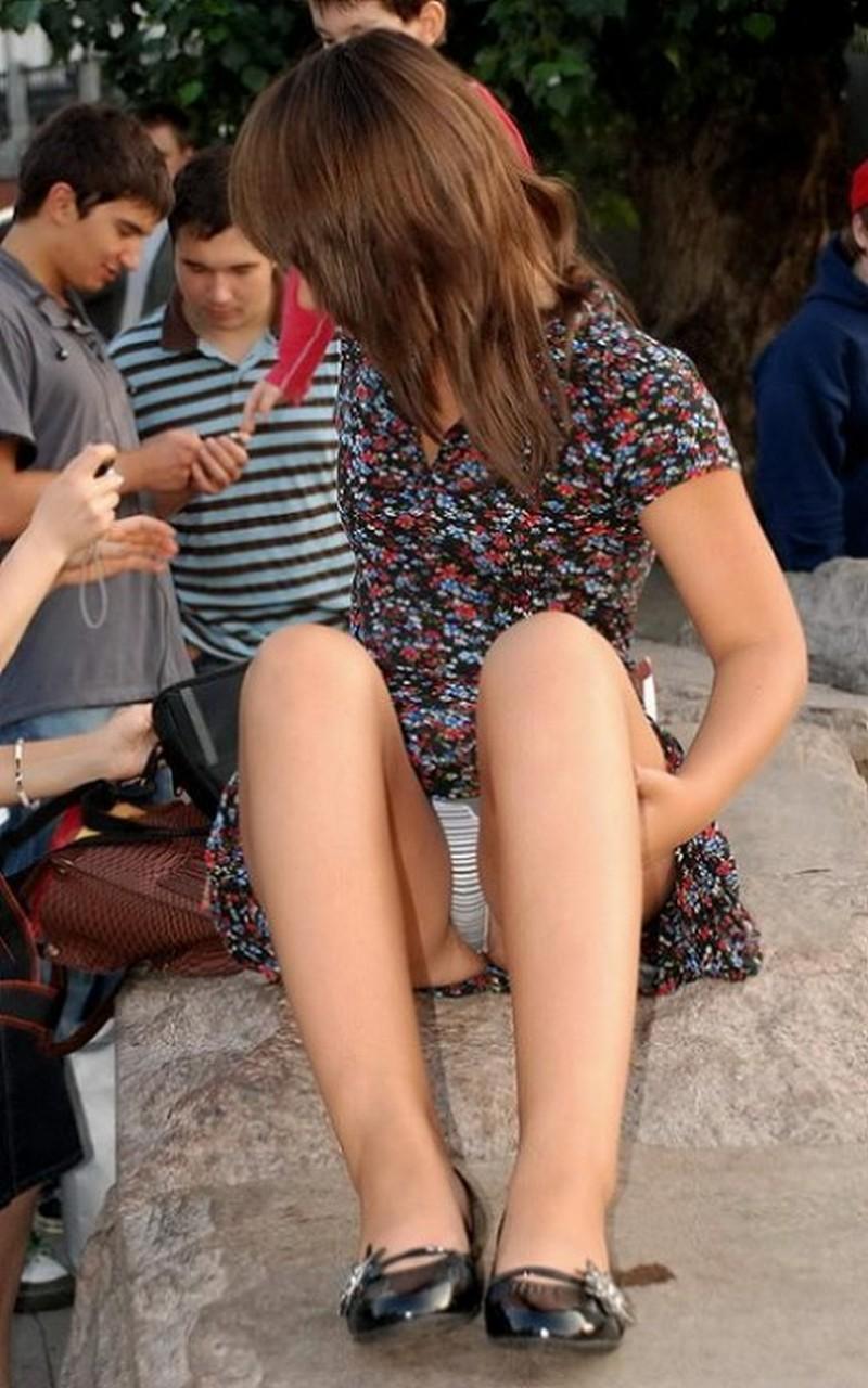Девушка в цветастом платье засветила полосатые трусики