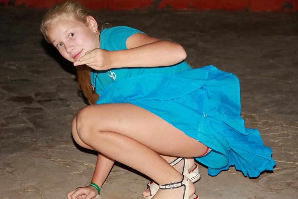 Девочка в голубом платье засветила полосатые трусики
