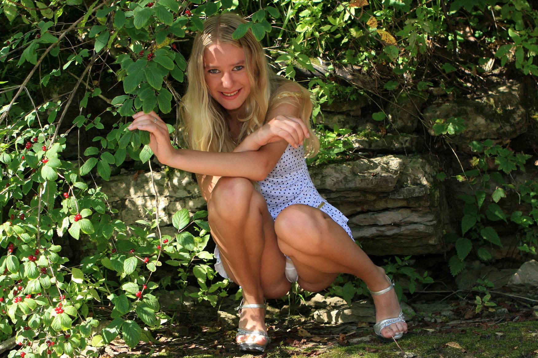 Блондинка засветила под платьем белоснежные трусики
