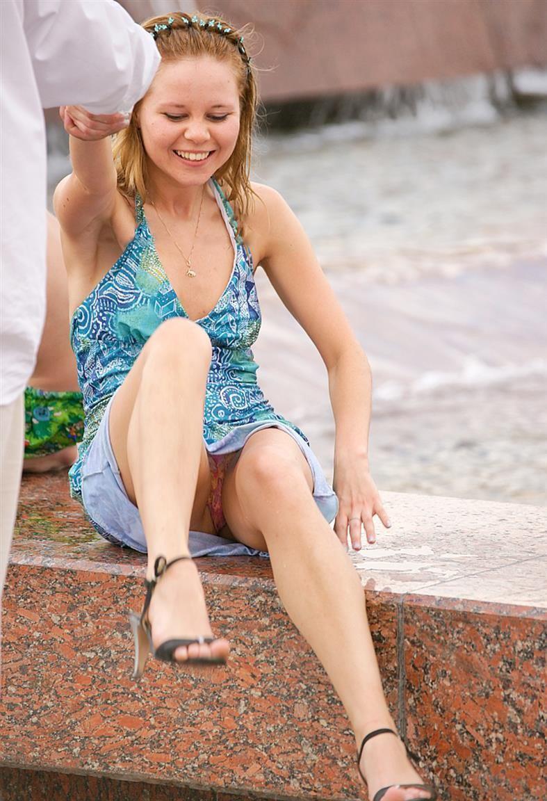 Блондинка в голубом платье засветила розовые трусики