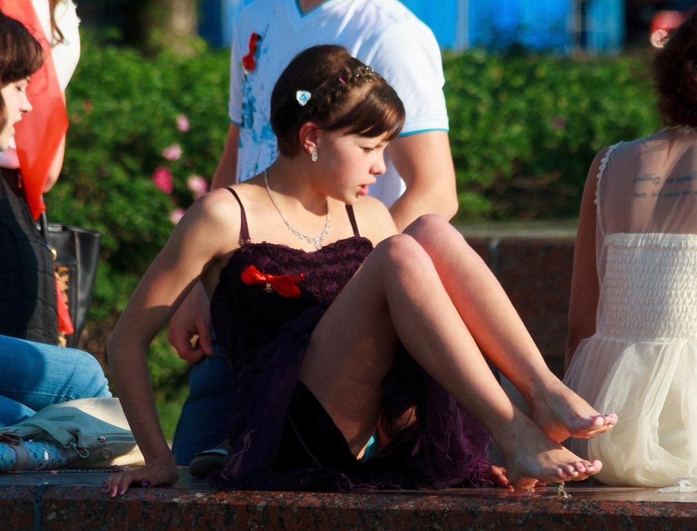 Выпускница в коротком платье засветила голубые трусики