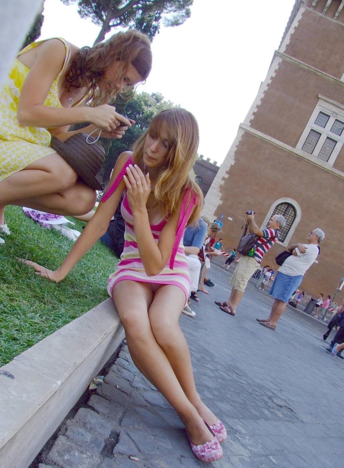 Блондинка в мини-платье засветила розовые трусики