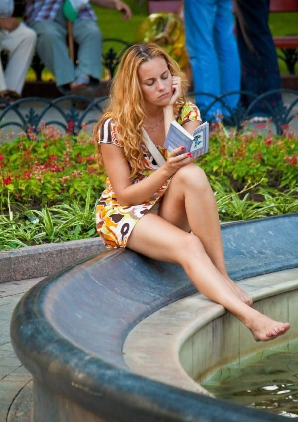 Девушка в мини-платье засветила у фонтана белые трусики