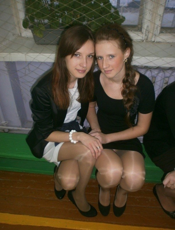 Школьница засветила колготки под черным мини-платьем