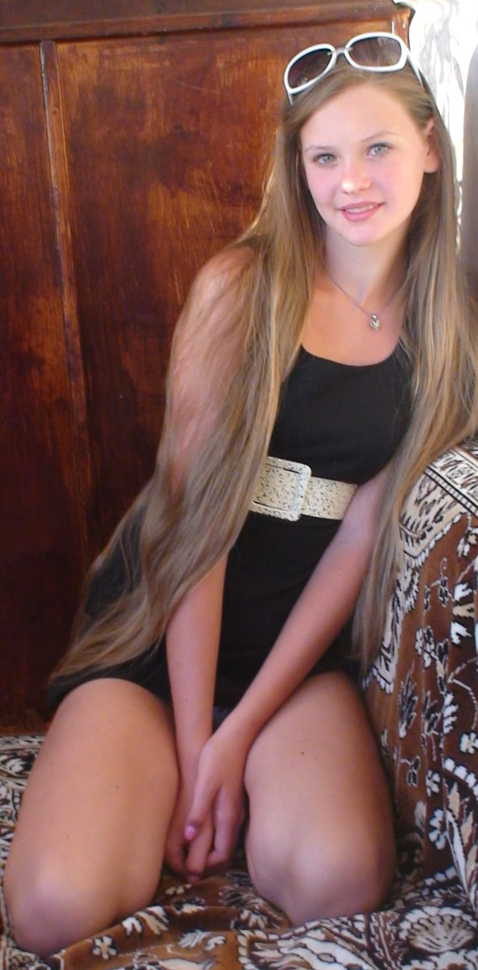 Девушка в черном мини-платье засветила серые трусики