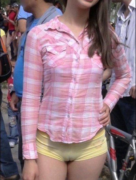 Девушка в желтых мини-шортах засветила верблюжью лапку