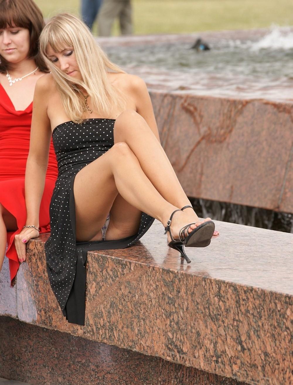 Блондинка в черном платье засветила белые трусики