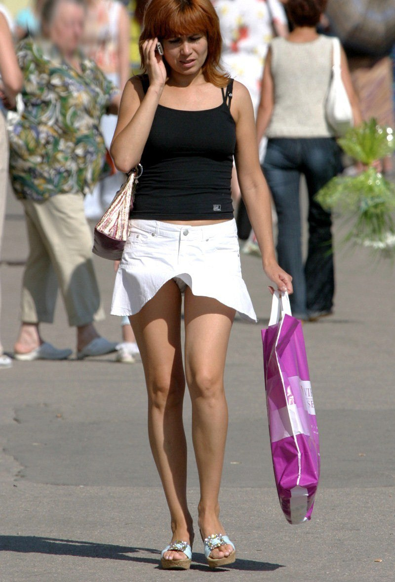 Девушка в белой мини-юбке засветила свои трусики