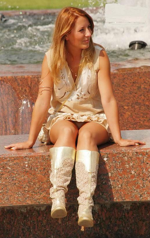 Рыжеволосая девушка засветила у фонтана белые трусики