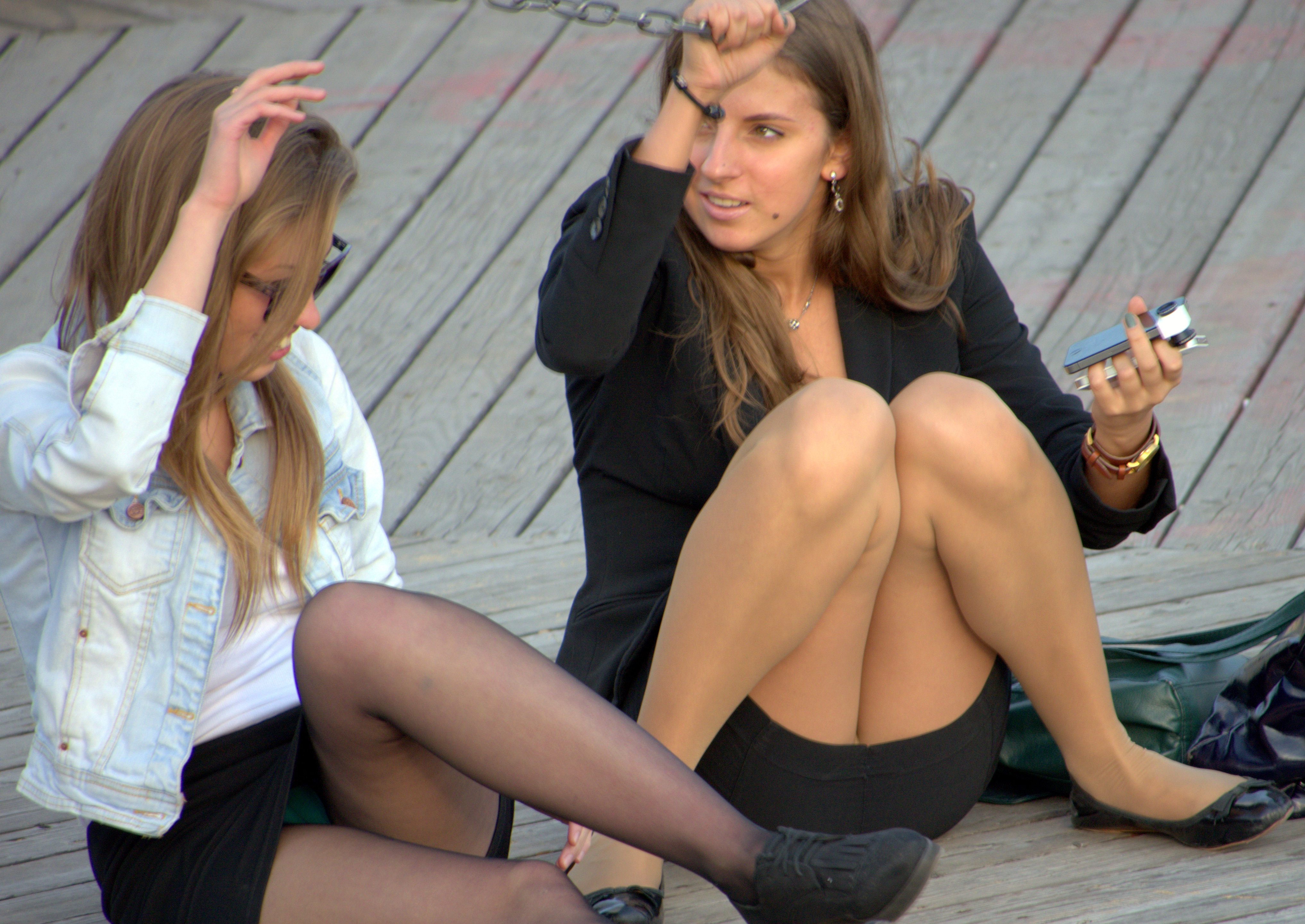 Девушка в колготках и мини-юбке засветила зеленые трусики