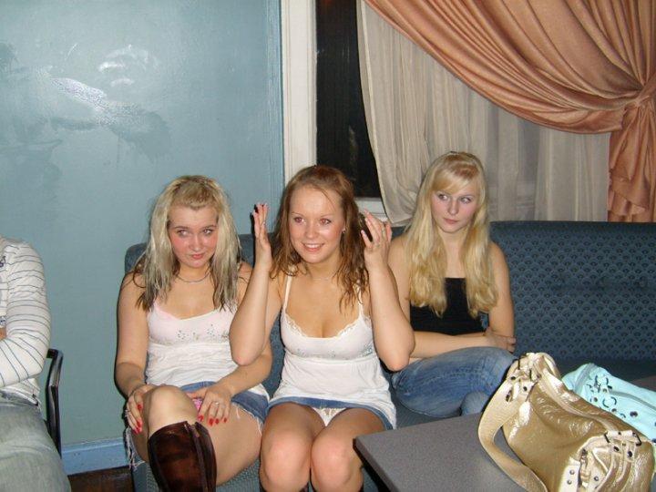 Две девушки в джинсовых мини-юбках светят своими трусиками