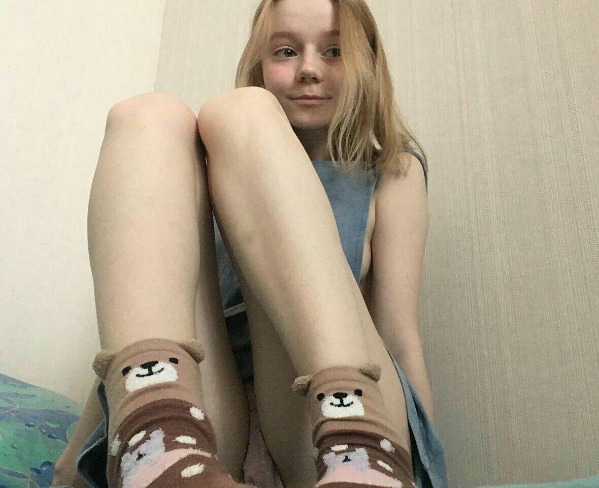 Блондинка в сером мини-платье засветила розовые трусики
