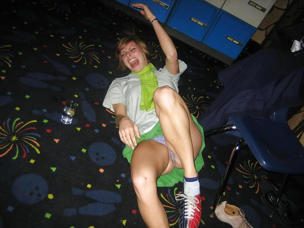 Девушка засветила фиолетовые трусики под зеленой юбкой