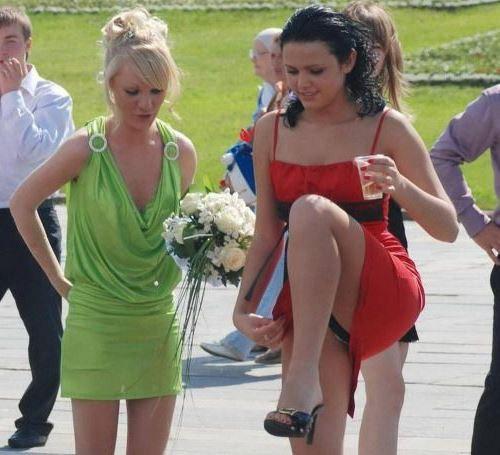 Брюнетка в красном мини-платье засветила черные трусики
