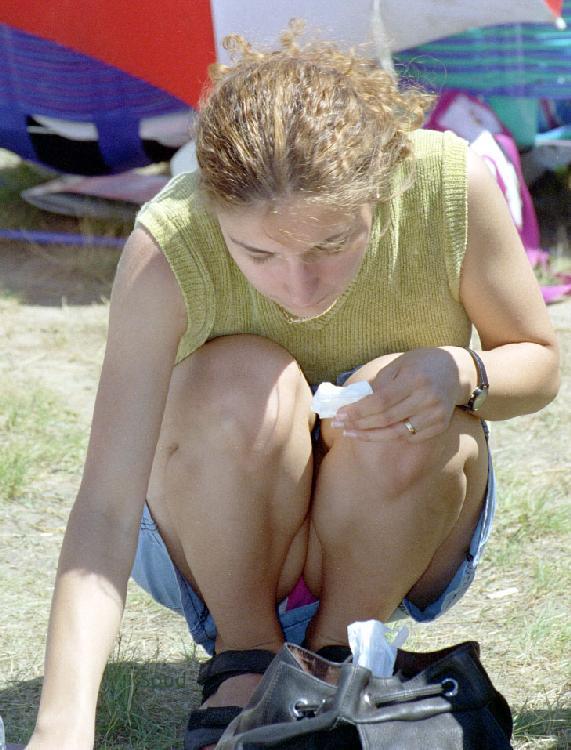 Девушка в голубой мини-юбке засветила розовые трусики