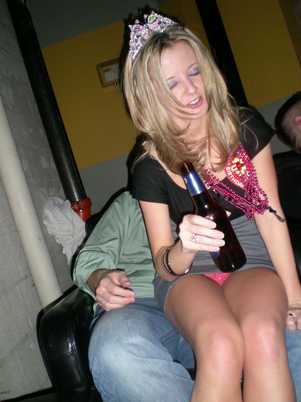 Блондинка в серой мини-юбке засветила розовые трусики