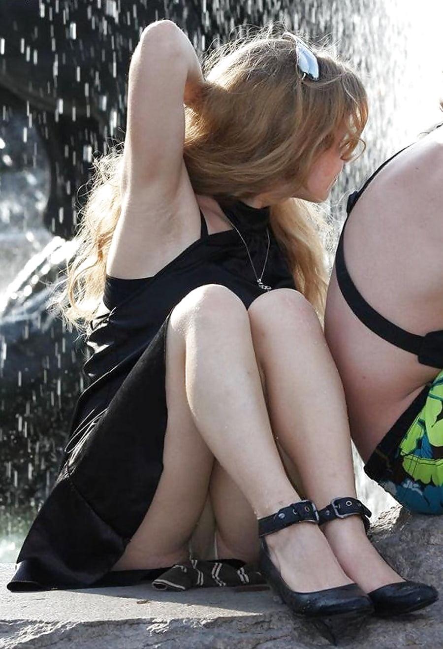 Блондинка в мини-платье засветила трусики телесного цвета