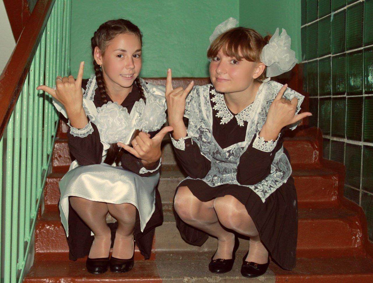 Две школьницы светят трусиками под школьной формой