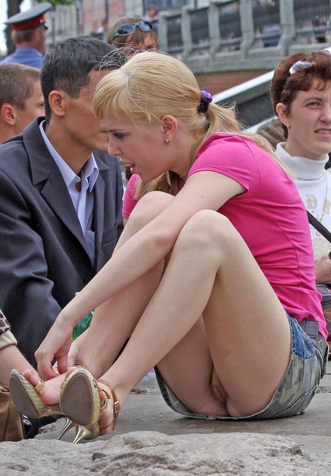 Блондинка в джинсовой мини-юбке засветила трусики телесного цвета