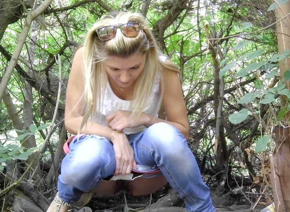 Сексуальная блондинка решила пописать в кустиках