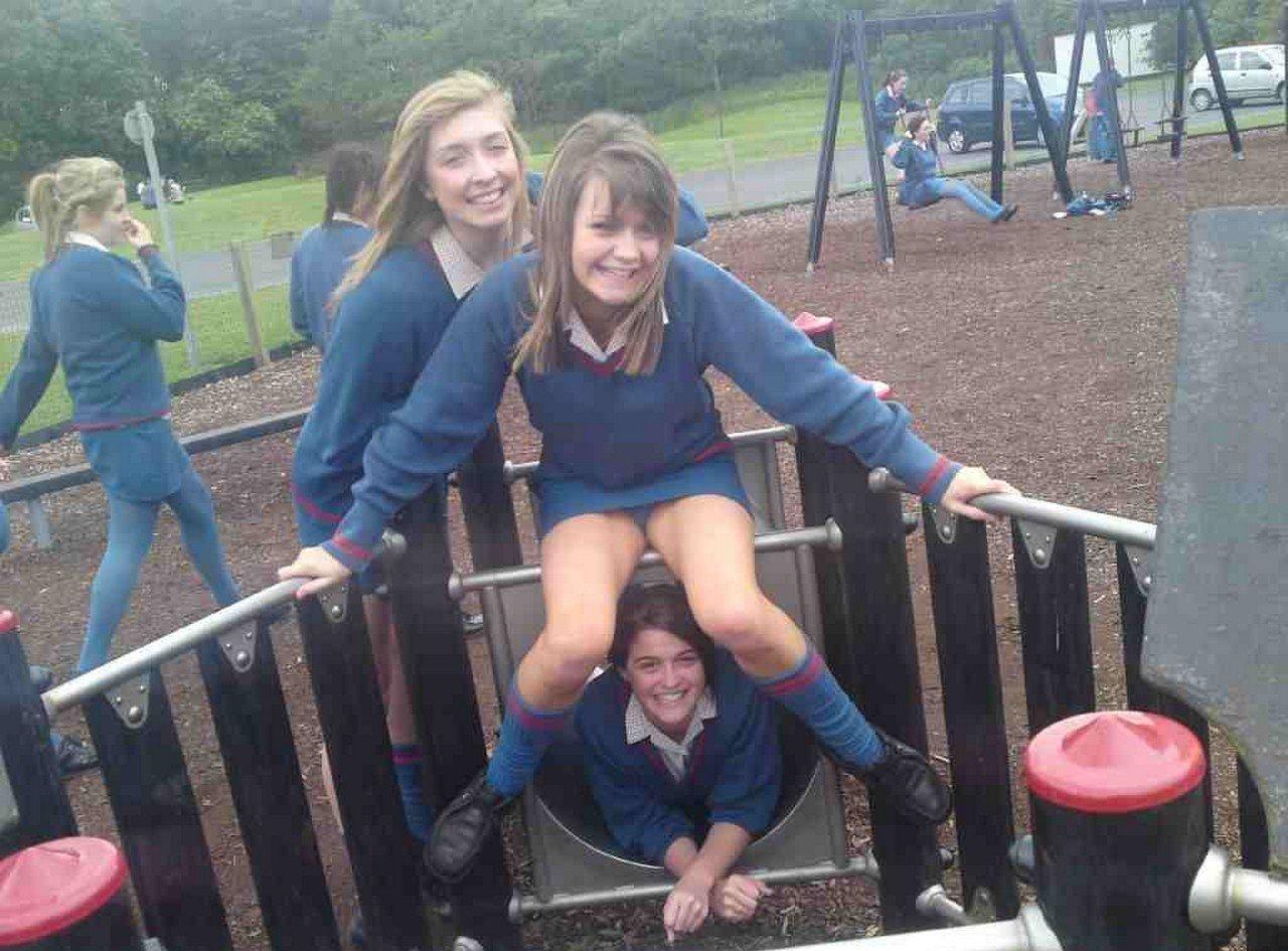Школьница засветила трусики под синей мини-юбкой