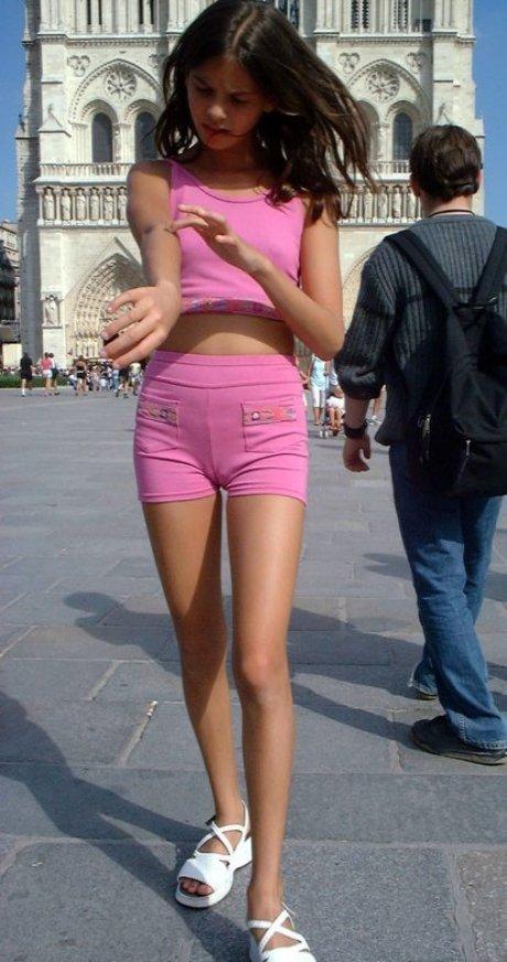 Малолетка в розовых шортах засветила верблюжью лапку